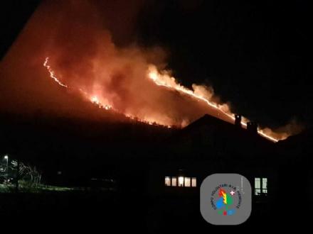 CAFASSE - GIVOLETTO - I boschi continuano a bruciare: Canadair ed elicotteri sul posto