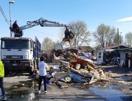 TORINO-BORGARO - Controlli al campo nomadi: sequestrato rame e abbattute delle baracche