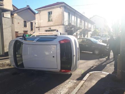 VENARIA - Un altro incidente stradale in centro: auto ribaltata in viale Buridani - FOTO