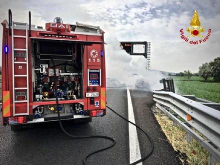 BORGARO - Paura sul raccordo Torino-Caselle: Mini Cooper prende fuoco allimprovviso