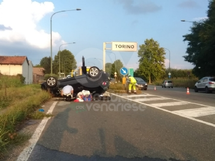 TORINO-COLLEGNO - Auto si ribalta dopo il cavalcavia: un ferito. Forti disagi al traffico