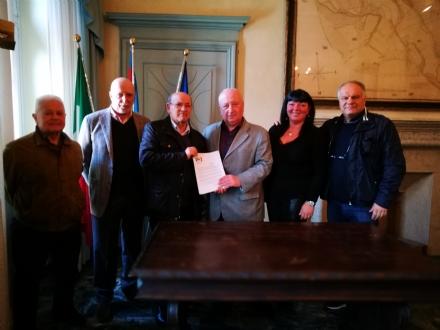 DRUENTO - Il Pd consegna le 800 firme per chiedere allAsl più servizi per lambulatorio di via Morandi