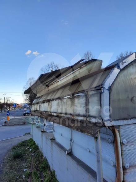 VENARIA - Raffiche di vento in città: scoperchiata la tettoia del sottopasso di corso Garibaldi