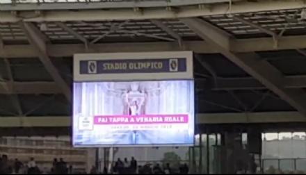 VENARIA - Lo spot per la tappa del Giro dItalia mandato sui maxischermi dello stadio Grande Torino