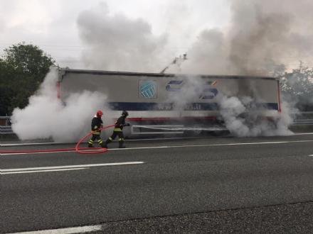 VENARIA-BORGARO - Il motore del tir prende fuoco: caos in tangenziale