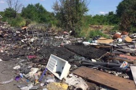 BORGARO-TORINO - Iniziate le operazioni di rimozione dei rifiuti dal campo nomadi di strada Aeroporto