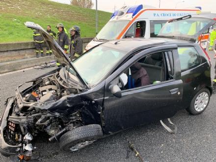 VENARIA - Pauroso incidente: auto finisce contro i jersey in cemento, ferito venariese del 98