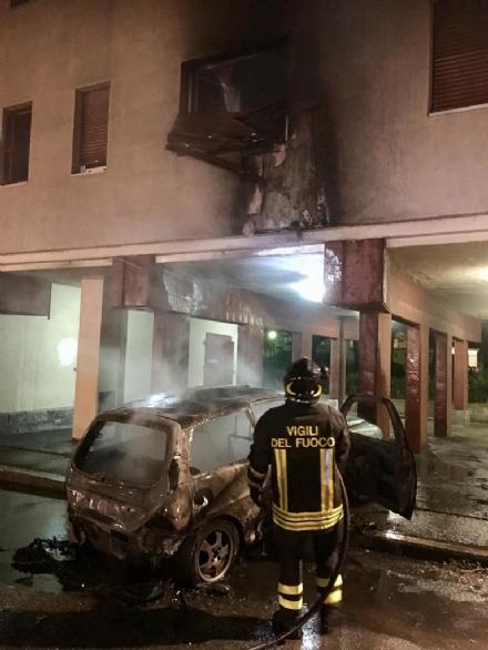 VENARIA - Auto a fuoco in via San Marchese: fiamme fino al secondo piano, residenti scappati