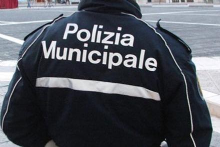 VENARIA - Pizzicato a fare il parcheggiatore abusivo, lancia oggetti contro i civich: denunciato