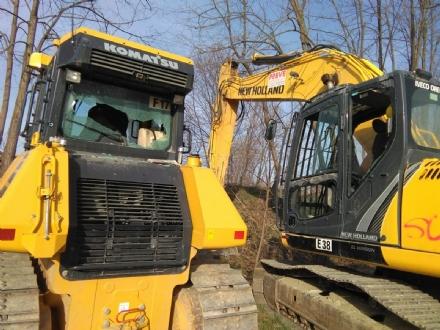 CASELLE - Idioti in azione: distrutti i vetri degli escavatori che stanno operando in Borgata Francia