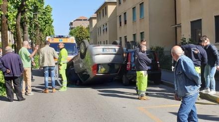 VENARIA - Si ribalta con lauto tra via Barbi Cinti e corso Matteotti: ferite madre e figlia