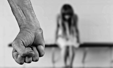 VENARIA - Incatenata al letto e costretta ad avere rapporti sessuali: carnefice condannato a 7 anni
