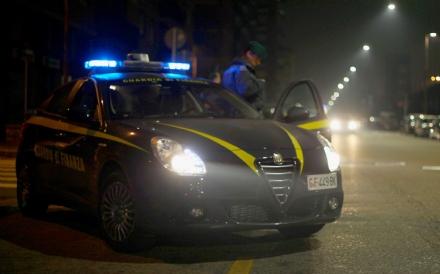 """TORINO-VENARIA - Sfrecciano con il """"rosso"""" davanti ai finanzieri: in auto avevano panetti di hashish. Arrestati"""