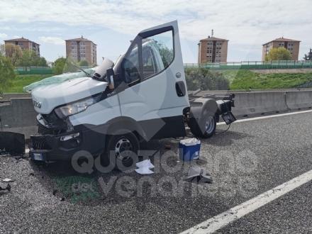 TORINO-CASELLE - Furgone finisce contro le barriere in cemento: un ferito e disagi in tangenziale