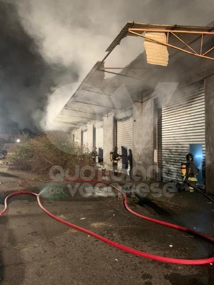BORGARO - A fuoco nella notte lex deposito di «Scarpe&Scarpe»