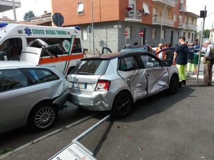 VENARIA - Incidente allincrocio tra via Silva e via Verdi: quattro auto coinvolte e due feriti