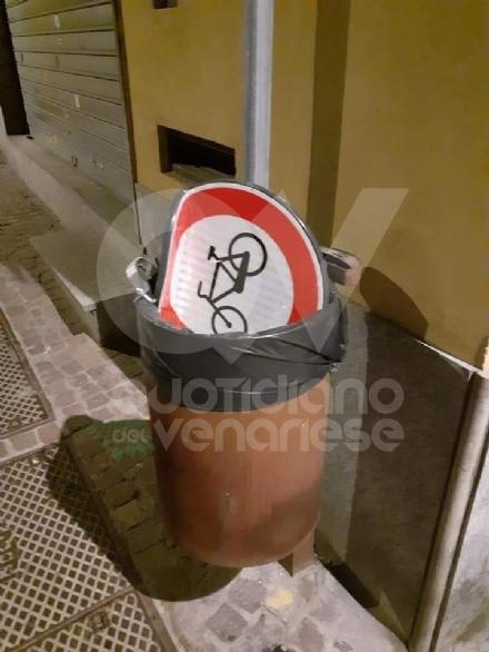 RIVOLI - Teppisti in azione a Ferragosto in piazza Matteotti: divelto un segnale stradale - FOTO