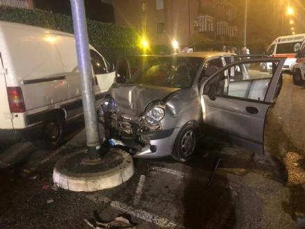 CASELLE - Urta un furgone e si schianta contro il palo della luce: due feriti