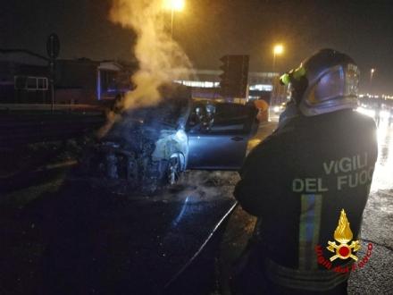 RIVOLI - Auto a fuoco sul cavalcavia di corso Allamano: salvo il conducente