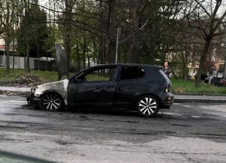 VENARIA - Auto va a fuoco in corso Papa Giovanni XXIII: illeso il conducente