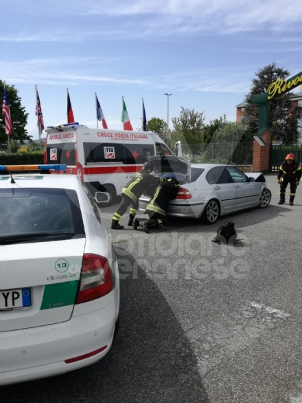 RIVOLI - Perde il controllo dellauto e si ribalta nel parcheggio dellhotel: illeso ma multato dai civich