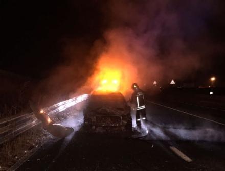 VENARIA-BORGARO - Dramma lungo la Circonvallazione: auto prende fuoco allimprovviso