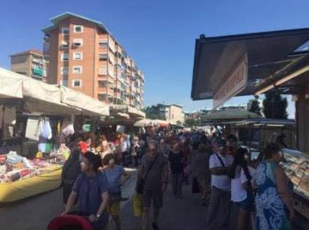 COLLEGNO - Lavori per la Metro: completato lo spostamento del mercato di Santa Maria
