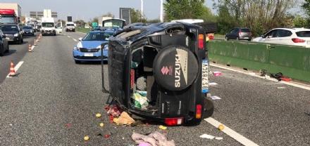 COLLEGNO - Doppio incidente in tangenziale: auto ribaltata, traffico in tilt.