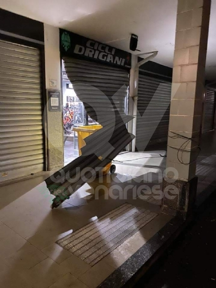 MAPPANO - Furto al negozio di bici: dopo la razzia, i ladri lanciano gli estintori contro i carabinieri