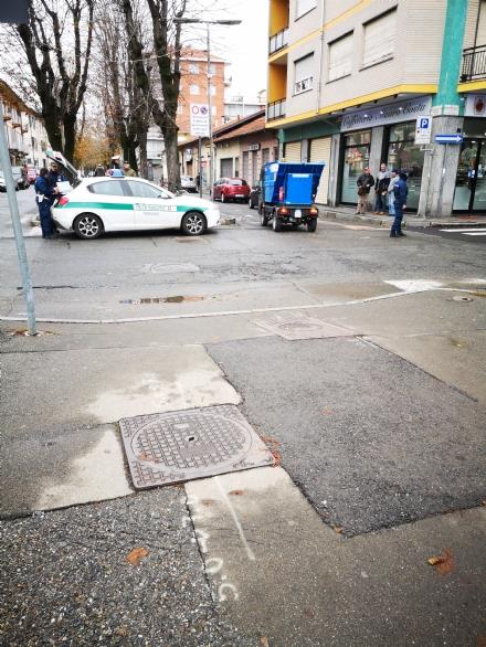 VENARIA - Ciclista investito da un mezzo della raccolta rifiuti