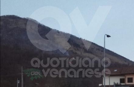 CAFASSE - A fuoco larea boschiva del Monte Basso: potrebbe essere doloso