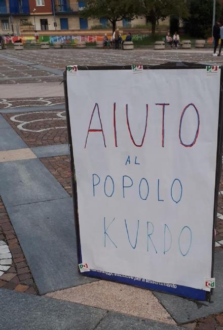 VENARIA - In piazza Pettiti cartelli di solidarietà al popolo curdo
