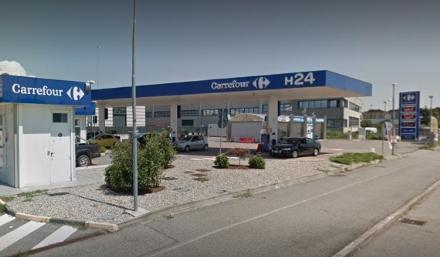 VENARIA-LEINI - Rubano un furgone per sradicare la colonnina bancomat del distributore