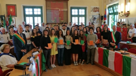 VENARIA - Tutti i neo maggiorenni venariesi, premiati con una copia della Costituzione