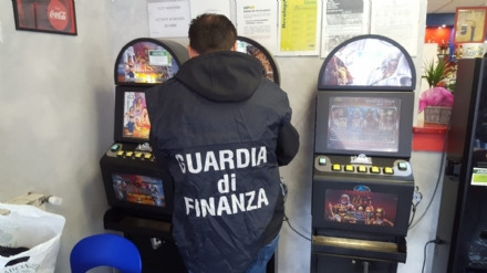 PIANEZZA - Slot in funzione fuori dagli orari previsti: pesante multa per un barista