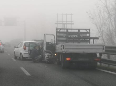 CASELLE - Nebbia, maxi tamponamento sul raccordo: tre mezzi coinvolti, una donna ferita