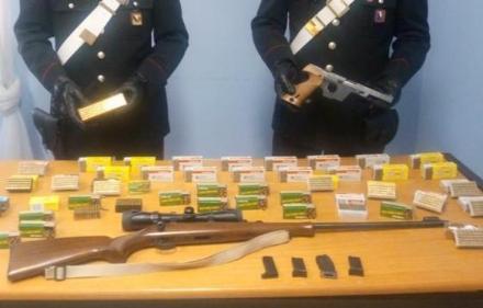 MATHI - Pistola, carabine e caricatori nella casa di un 46enne: arrestato dai carabinieri