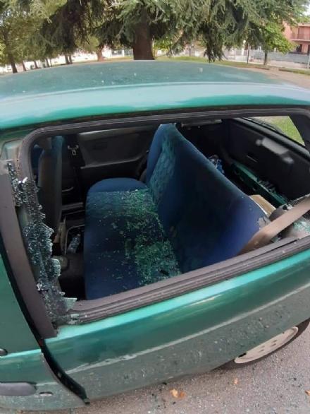 COLLEGNO - Vandali in azione: mandati in frantumi i vetri di unauto parcheggiata