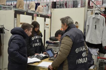 PIANEZZA - Attrezzi da palestra non a norma sequestrati dalla Finanza: multa da 40mila euro