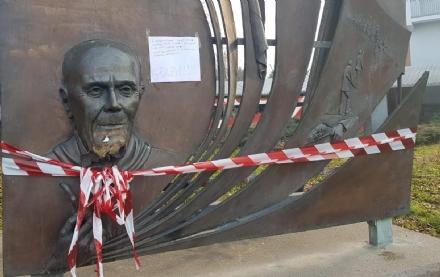 COLLEGNO - Idioti in azione: vandalizzato con i petardi il monumento a Sandro Pertini