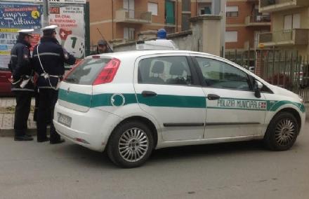 BORGARO - Vigilessa va per fare una multa e viene aggredita: automobilista denunciato dai carabinieri