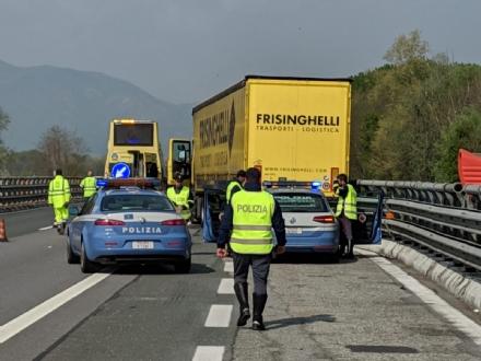 TRAGEDIA IN AUTOSTRADA - Autotrasportatore colto da infarto: morto nonostante i soccorsi
