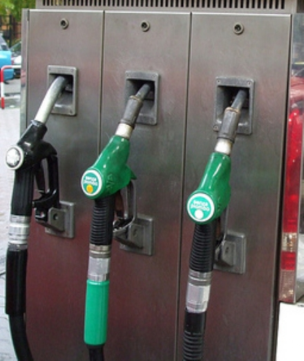 RIVOLI - Benzina scontata agli amici grazie alla carta carburanti della ditta: 43enne arrestato