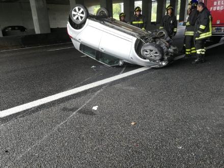 CAOS IN TANGENZIALE - Raffica di incidenti: due auto ribaltate e tre feriti