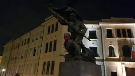 VENARIA - «No alla censura»: CasaPound imbavaglia il monumento dei Caduti delle due guerre