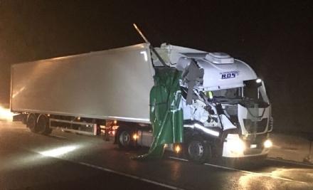RIVOLI - Scontro tra due tir in tangenziale: un autotrasportatore finisce in ospedale