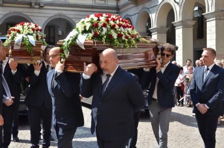 VENARIA - In mille per lultimo saluto ad Andrea e alla sua famiglia, vittime di Genova