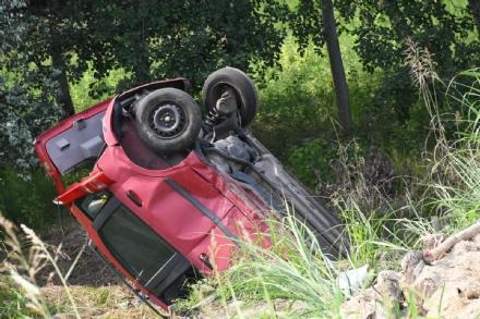 VENARIA - Prova a sorpassare il camion ma finisce fuori strada: 40enne in ospedale