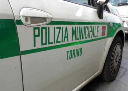 TORINO-VENARIA - «Brucia» il semaforo e non si ferma allalt dei vigili: aveva la patente revocata
