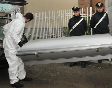 COLLEGNO - Cadavere di un uomo trovato dentro ad unauto in via Martiri XXX Aprile 30